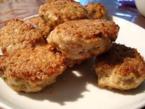 kyllingefrikadeller, frikadeller, hakket kyllingekød, kylling, æg, grahamsmel, timian