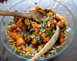 Spelt-taboulleh med abrikoser, pistacienødder og mynte og avokado-hyldeblomst salat