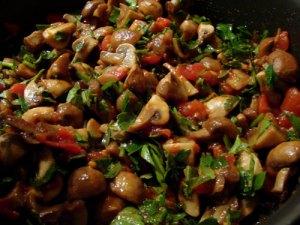champignonsalat med tomat og persille, salat, champignons, svampe, hvidløg, tomater, bredbladet persille
