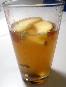 varm æbledrik, æblemost, æble aperitif, kanel, nelliker, honning, rosiner, æbler