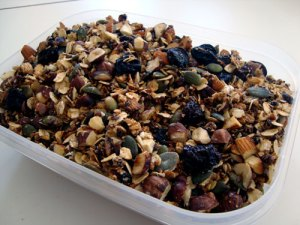 müsli, havregryn, boghvedegryn, hørfrø, græskarkerner, hasselnødder, nødder, mandler, rørsukker, rapsolie, rosiner