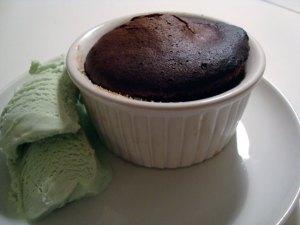 chokoladesoufflé, chokoladedessert, dessert, chokolade, mørk chokolade, vaniljestang, vanilje, smør, æg, flormelis